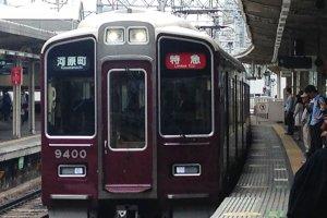 Поезд Ханкю до центра Киото также соединяется с монорельсовым поездом аэропорта