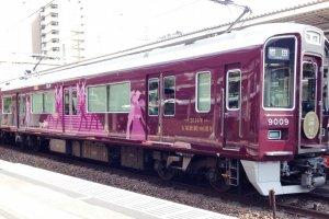 Поезд Ханкю в сторону Киото, останавливающийся в Дзюсо, соединяется с монорельсовым поездом аэропорта