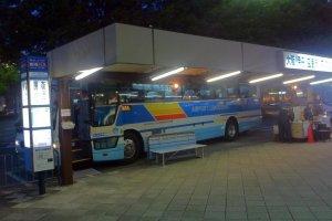 Tôt le matin, les premières navettes à destination de l'aéroport s'arrêtent aussi devant plusieurs hôtels à Kyoto