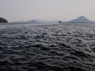 Le port de Hiroshima mouille dans les eaux de l'Océan Pacifique