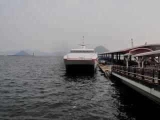 """Le """"Super Jet ferry"""" qui conduit à Matsuyama part toutes les heures du quai 7"""