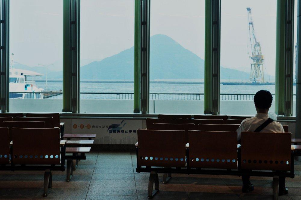 Les passagers peuvent attendre à l'intérieur du bâtiment, qui abrite des toilettes, un café, des casiers et plusieurs magasins