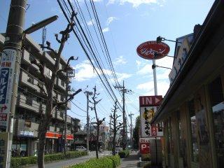 Хороший ресторан суши по дороге к станции