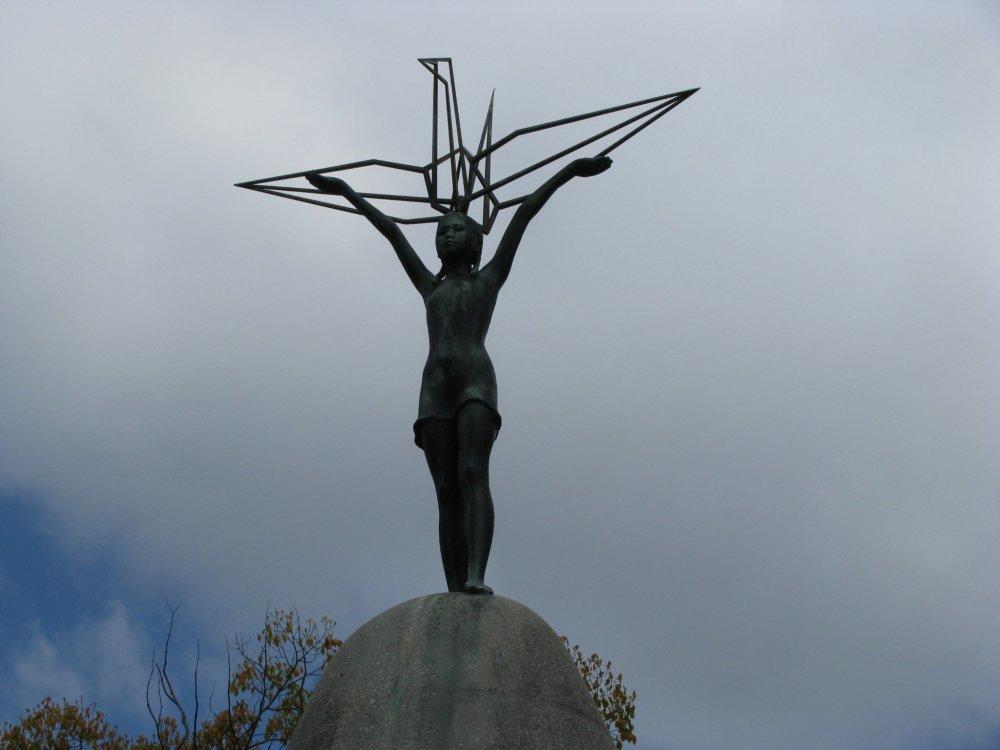 Девочка с журавликом - один за главных символов Хиросимы