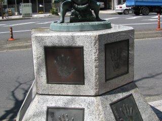 Статуя борцам сумо в Рёгоку, Токио