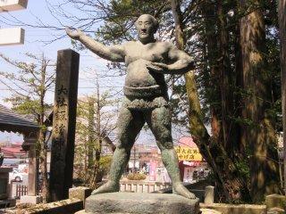 Статуя борца сумо в храме Сува Тайся, Нагано