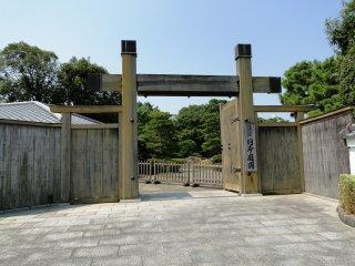 The entrance gate to Ohori Park Japanese Garden