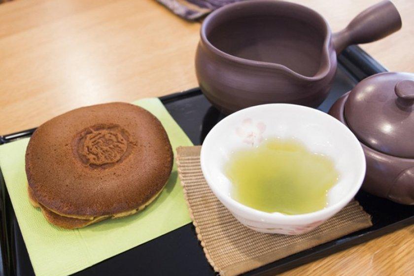 Thưởng thức trà và đồ ăn vặt