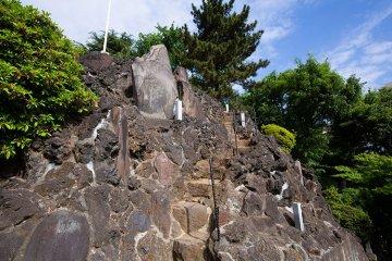 Shinagawa Shrine's Fuji-zuka offers a steep climb