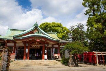Shinagawa Shrine offers a perfect photo chance