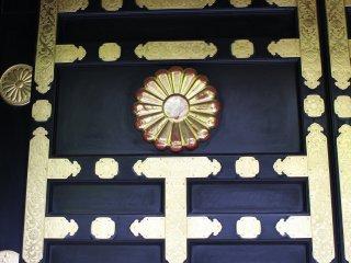 Кику в украшении мавзолея Дзуйходэн в Сэндае