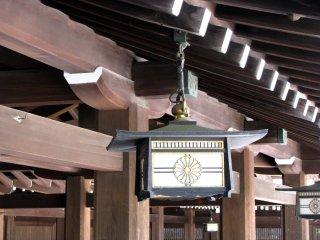 Изображения кику встречаются в храме Мэйдзи Дзингу