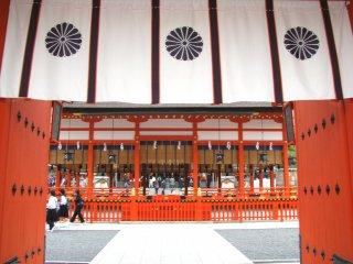 Рисунок кику в храме Фусими Инари Тайся в Киото