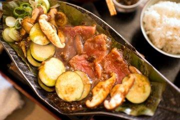 Carne de Hida y miso en hojas de magnolias - Izumisaka, Gujo