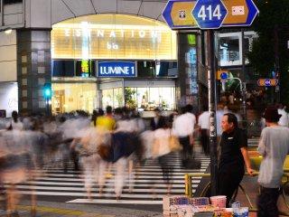 محطة شينجوكو يحيط بها العديد من مراكز التسوق ، مركز لوميني المميز بهذه الصورة