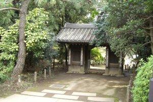 Tetsurimon Gate housing a tengu goblin and ghost...