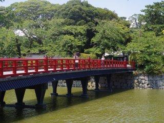 Cây cầu đỏ này còn được gọi với cái tên con đường học tập