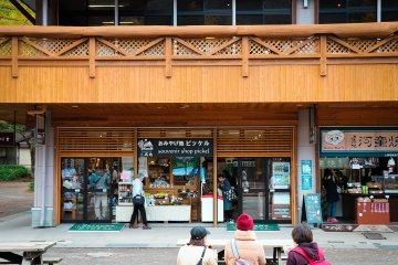 บริเวณสะพานกับปะมีร้านอาหารและร้านขายของที่ระลึก