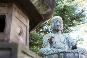 Красивая бронзовая статуя дзидзо