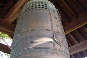 除了山號,銅鐘上也刻著飛鳥寺的院號和寺號