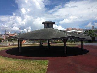 Chiếc lều lớn này cung cấp rất nhiều bóng mát cho khán giả công viên và là một đầu mối trung tâm của các lễ hội được tổ chức tại công viên