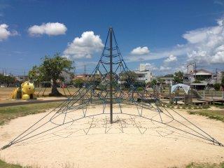 Có một loại nhỏ các trò chơi cho trẻ em ở trung tâm của công viên; đây là một mạng nhện dài mà trẻ em thích leo lên