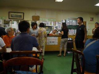 食堂採用自助形式,客人需要自行拿取食物。