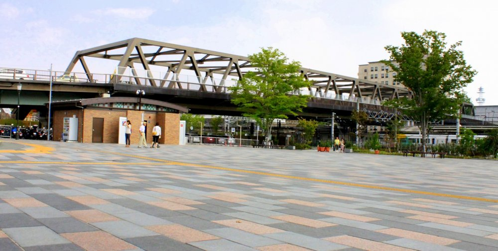 역 옆에는 마이즈루 성의 공원으로 이어지는 미아즈루 도리가 나온다.