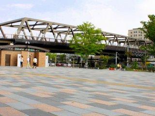 Sát bên ga tàu là Maizuru Dori dẫn đến Công viên Maizuru Castle