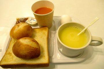 Кукурузный суп, тосты, булочки и сок на завтрак