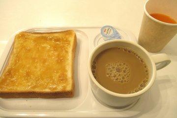 Дополнительно - кофе со сливками и джем - хорошее начало дня!