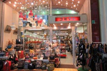 По соседству можно найти много модных магазинов