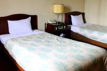 트윈 룸은 하룻밤에 8000엔으로, 빠듯한 비용으로 여행하시는 방문객들에게 안성맞춤이다.