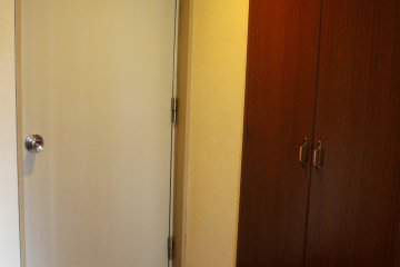 방 입구 문과 옷장은 바로 붙어 있다.