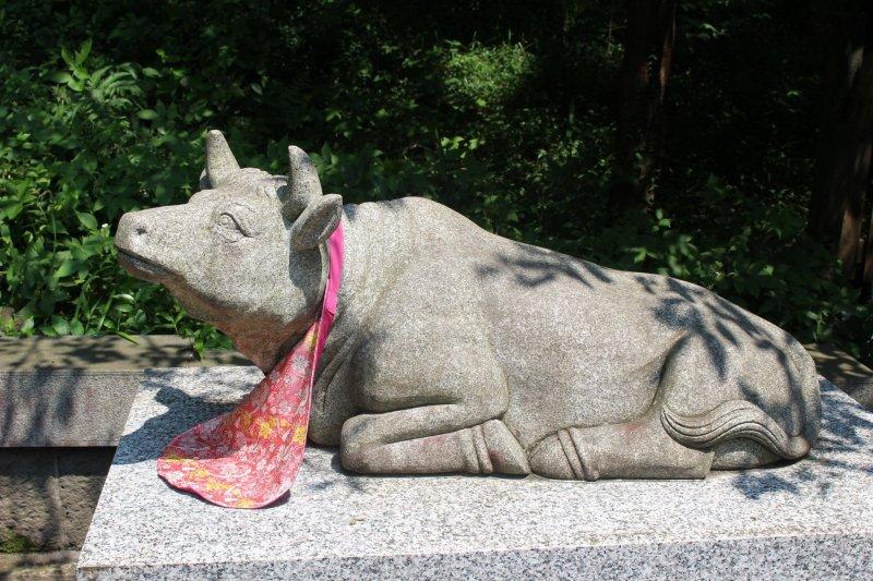 Скульптура коровы в храме Фудзисан Хонгу Сэнгэн Тайся