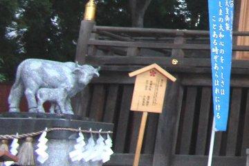 Скульптура коровы у храма Цуцудзигаока Тэммангу в Сэндае