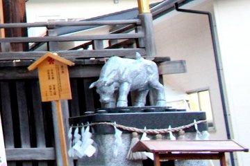 Скульптура быка у храма Цуцудзигаока Тэнмангу в Сэндае
