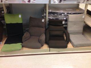 Saya bahkan tidak tahu bahwa kursi lantai - yang langsung ditaruh di atas lantai - merupakan sebuah kategori, tapi Nitori punya dua lusin pilihan kursi jenis ini, plus ada bantal dan alas kursi dengan motif senada untuk melengkapi furnitur ini.
