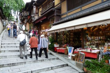 Sannenzaka Steps heading towards Kiyomizudera.