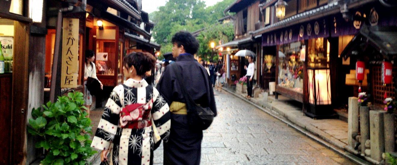 Passe pelas lojas tradicionais no seu caminho de Gion para Sannenzaka
