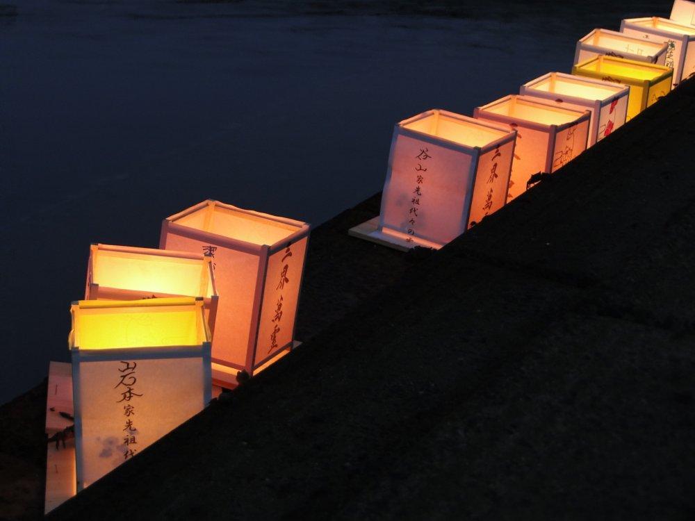 Des lanternes le long de la berge