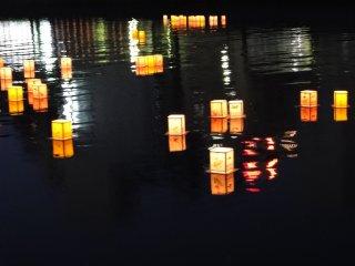 Il est dit que les lanternes servent à transporter les âmes des morts dans l'au-delà à la fin d'Obon