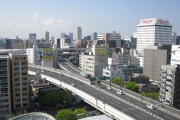 Вид на город Осака из окна отеля