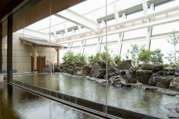 Горячие ванны в помещении и на открытом воздухе
