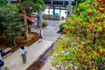 건물의 2층에는 위에서 바라본 경치를 감상할 수 있도록 산책로가 둘러져 있다