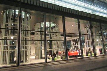 Здание из стекла