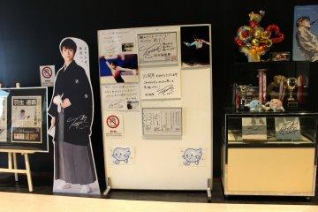 Выставка в вестибюле катка, посвящённая Юдзуру Ханю