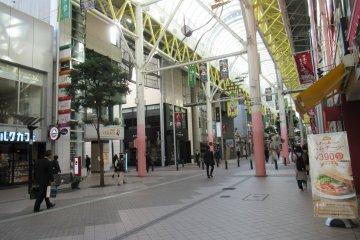 Торговая улица Хиросэ-дори с множеством магазинов и ресторанов