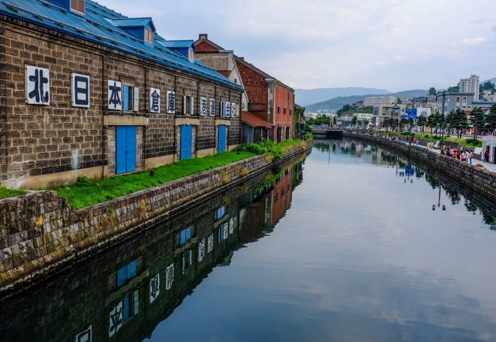 The beautiful warehouses reflecting off the canal create a nostalgic atmosphere during the day
