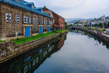 Красивые склады отражаются в канале и создают атмосферу былых дней